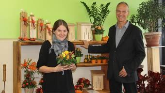 Floristin Stefanie Häsler und Ausbildungsleiter Beat Thomé freuen sich über den neu gestalteten Laden.
