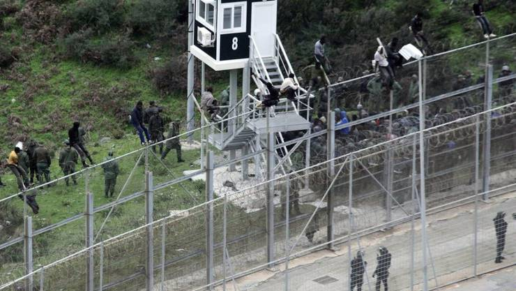Immer wieder versuchen Flüchtlinge den Grenzzaun der spanischen Nordafrika-Exklave Ceuta zu überwinden. (Aufnahme vom 9. Dezember 2016)