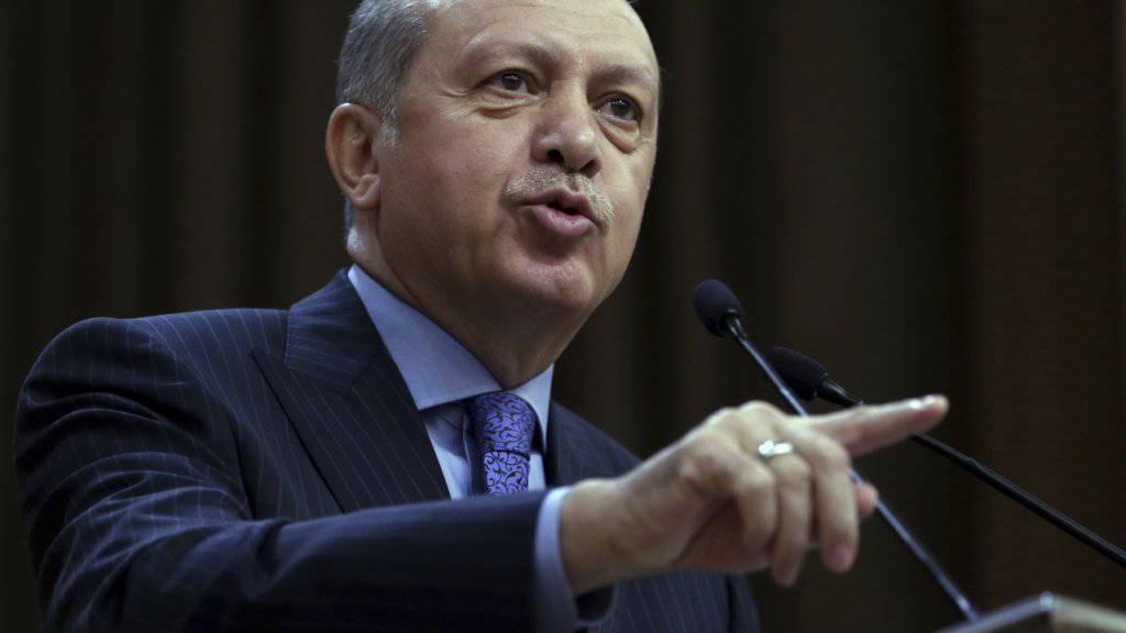 Wieder einmal beleidigt: Der türkische Präsident wähnt sich zunehmend von Feinden umzingelt - jetzt trifft es die Abgeordneten der oppositionellen kemalistischen CHP, gegen die er sämtlich Strafanzeige erstattet hat, wegen Beleidigung.