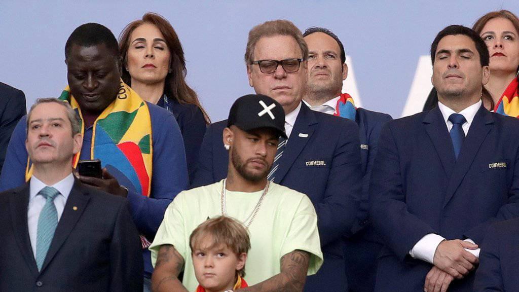 Neymar (Bildmitte) mit seinem Sohn auf der Tribüne beim Finalsieg von Gastgeber Brasilien über Peru