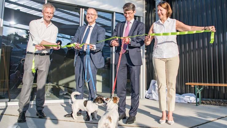 Die Regierungsräte Thomas Weber und Lukas Engelberger eröffnen feierlich das neue Tierheim.