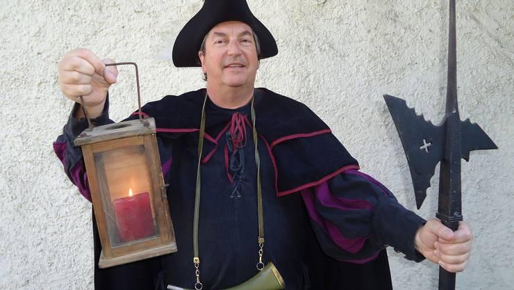 Nachtwächter Peter Voellmy mit Hellebarde, Signalhorn und Laterne.