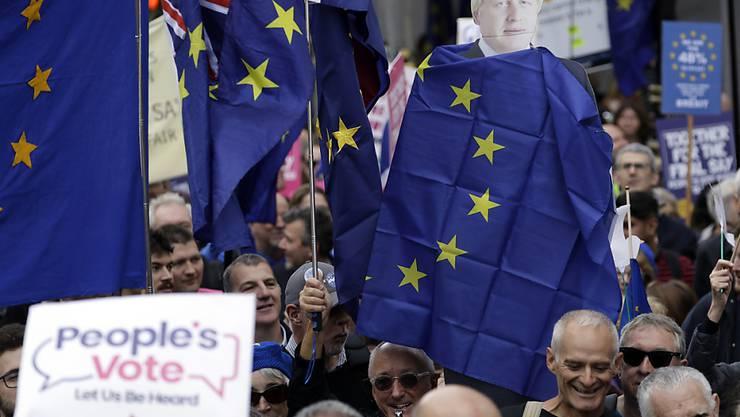 Zehntausende Brexit-Gegner fordern in London ein zweites Referendum über den Austritt aus der EU.