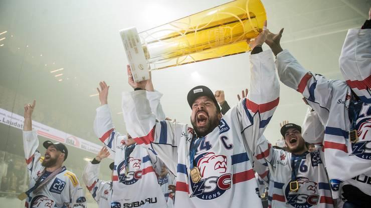 Patrick Geering stemmt den Pokal in die Luft