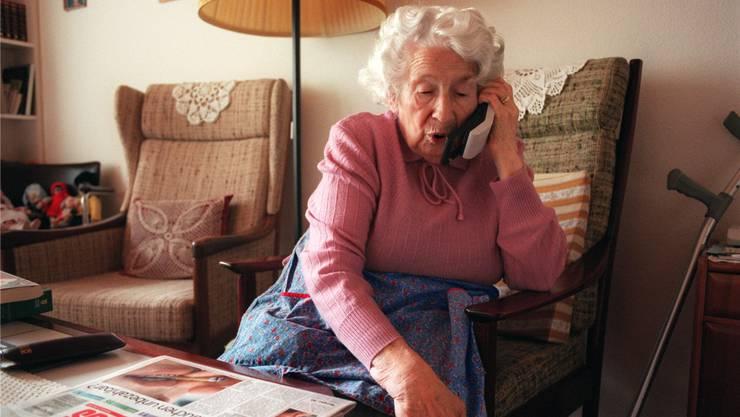 Die Rentnerin habe einen Anruf von einer angeblichen Freundin erhalten, die mehrere zehntausend Franken für einen Grundstückkauf verlangt habe. Symbolbild: keystone