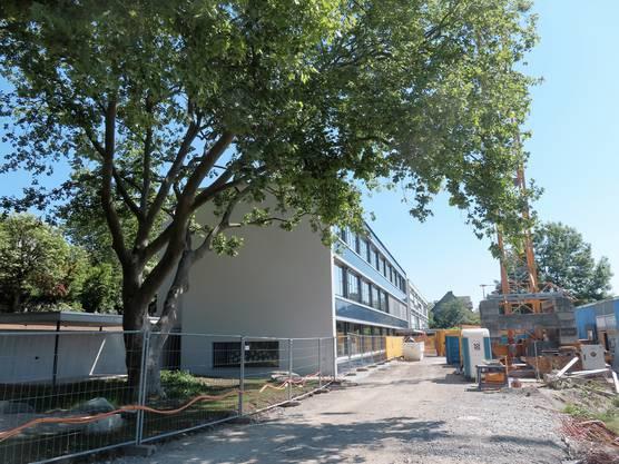 Am 11. Mai konnte das neue Schulhaus bezogen werden. Die Umgebung kann allerdings erst in einem Jahr komplett fertig gestellt werden.
