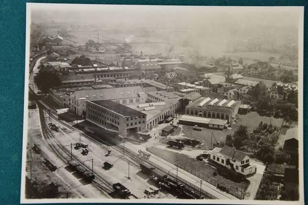 Undatierte Aufnahmen aus den Verkaufsbroschüren der «F. Aeschbach AG» zeigen das Firmengelände und die grosse Montagehalle, die heutige Aeschbachhalle.