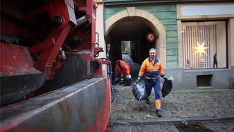 Peter Pfister und sein Team sind am Freitagmorgen in den Strassen und Gassen Laufenburgs unterwegs.