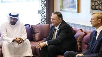 US-Aussenminister Pompeo (Mitte) führte am Donnerstag in Abu Dhabi Gespräche mit Kronprinz Mohamed bin Said Al Nahyan (l).