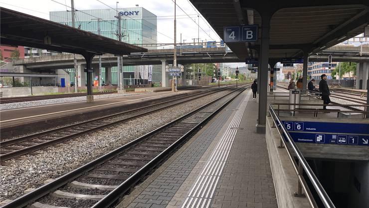 Würde der Direktzug, der von Dietikon an den Flughafen verkehrt, auch in Schlieren halten, würde die Fahrt gemäss Stadtrat 23 Minuten dauern. (Archivbild)