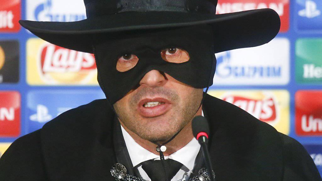 Versprechen eingelöst: Paulo Fonseca erschien 2017 als Zorro zur Pressekonferenz, nachdem sein Team Schachtar Donezk dank einem Sieg gegen Manchester City den Einzug in die Achtelfinals der Champions League geschafft hatte