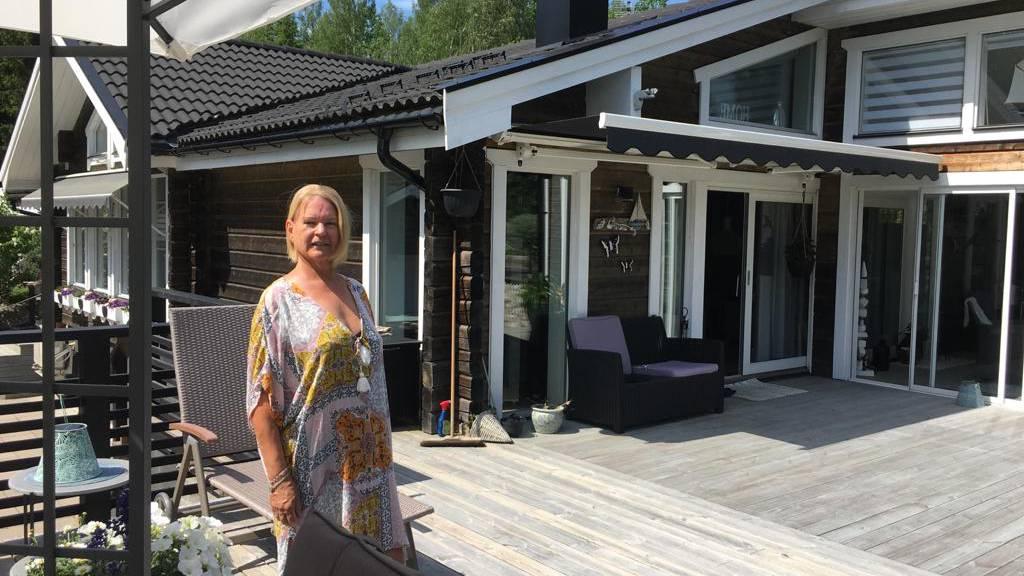 Hilkka vor ihrem Haus in Schweden