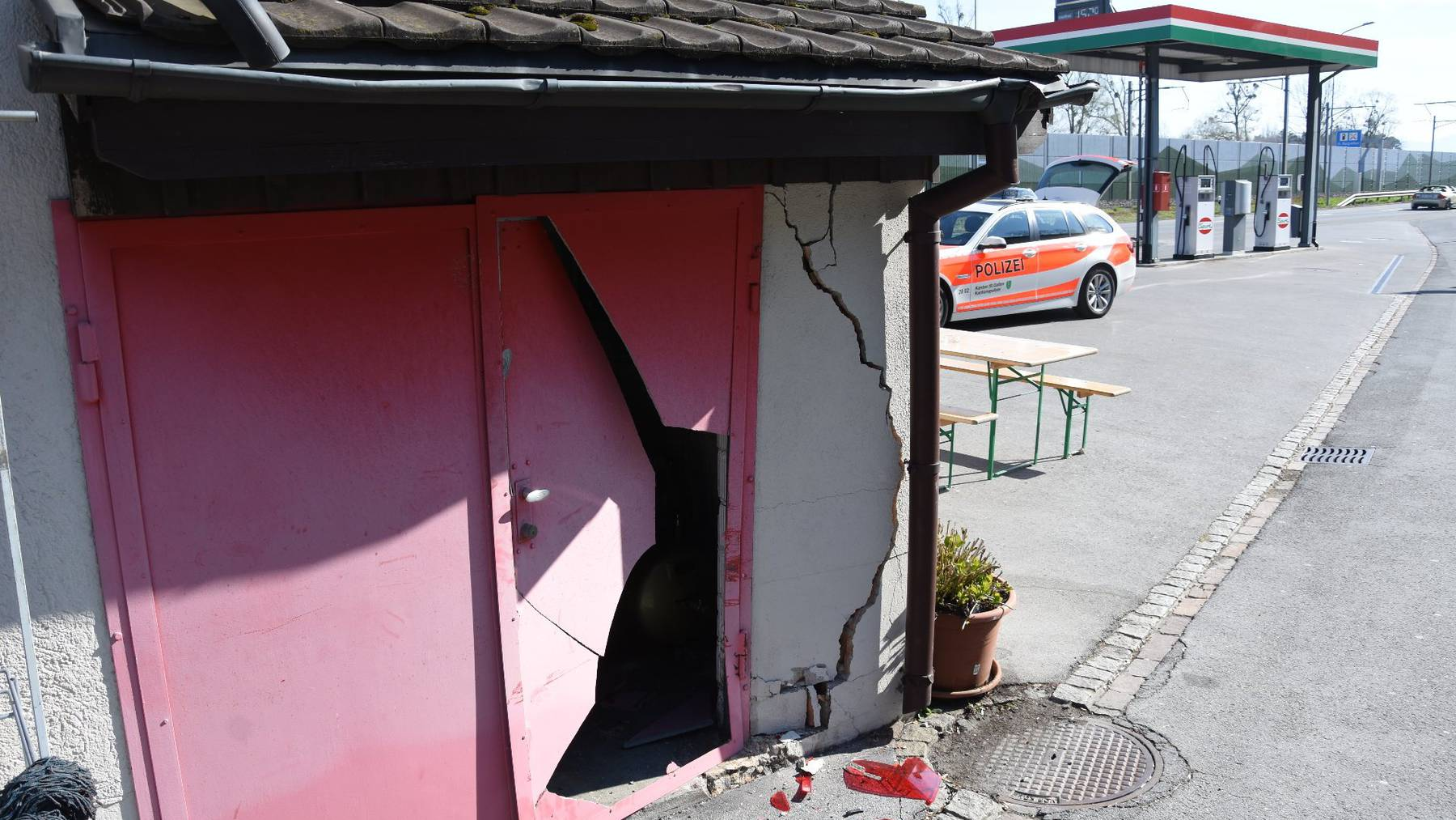 In der Nacht auf Sonntag wurde eine Hauswand in Rheineck massiv beschädigt.