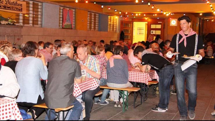 An Helfern mangelte es bisher nicht: Zur Dietiker Sichlete kommen jeweils 1000 Gäste.