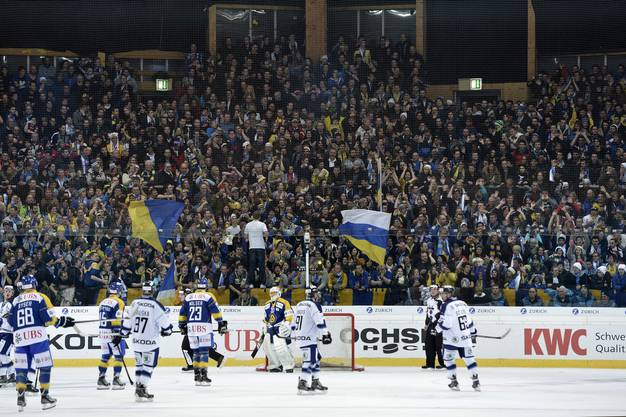 Davoser Fans feiern den Gastgeber am Spengler Cup.
