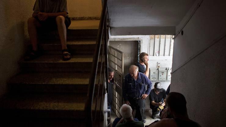 Luftalarm: Während eines Raketenangriffs auf die israelische Stadt Tel Aviv suchen diese Leute Schutz im Treppenhaus. KEYSTONE