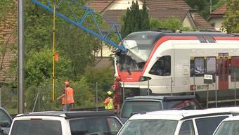 Bei den Demontage-Arbeiten eines Baukrans stürzte ein Kranausleger auf die Fahrleitung und danach in die Führerkabine einer S-Bahn. Verletzt wurde niemand. Die Lokführerin erlitt einen Schock.