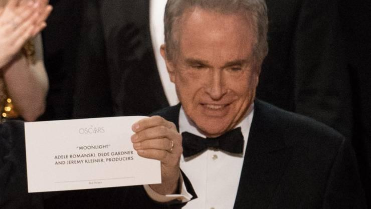 """Warren Beatty mit dem richtigen Couvert für den Sieger in der Kategorie Bester Film, """"Moonlight"""". Zu dem Zeitpunkt hatte die vermeintlich siegreiche Crew von """"La La Land"""" bereits mit ihren Dankesreden begonnen."""