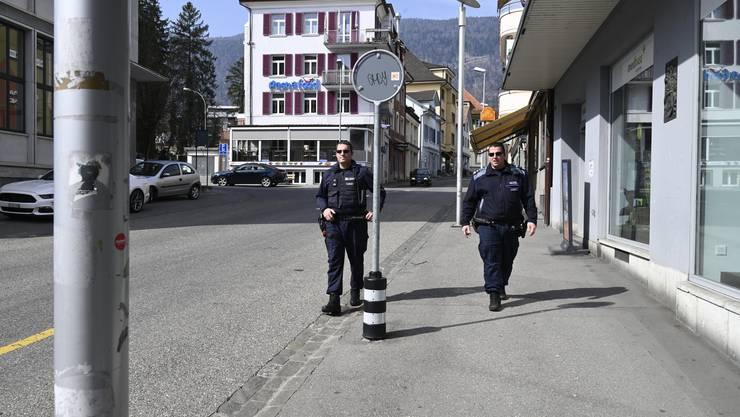 Auf Corona-Streife mit der Stadtpolizei Grenchen: Kontrollgang über den Postplatz.