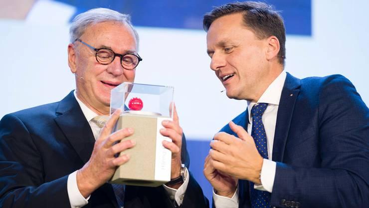 Christoph Häring (l.) nimmt den Prix SVC Nordschweiz von SVC-Präsident Andreas Gerber entgegen.