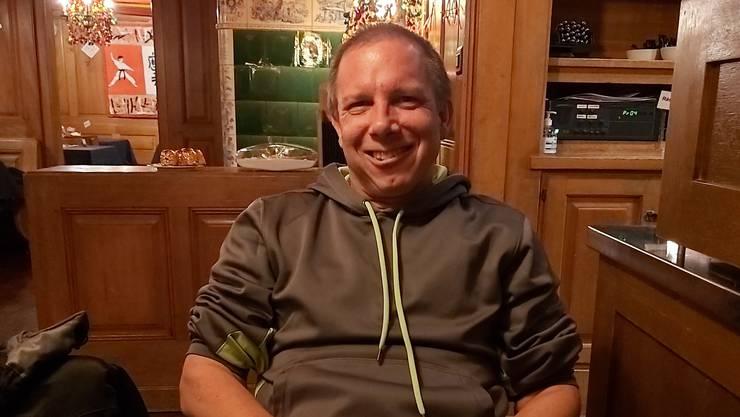 Heinz Schneider stattet seinem Heimatdorf einen Besuch ab. Hier im Restaurant Sternen.