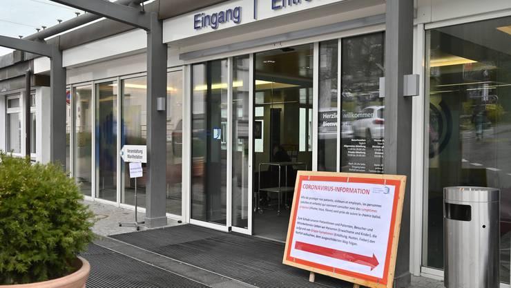 Medieninformation am Spitalzentrum Biel: Ein Schild beim Haupteingang weist Patienten mit Coronaverdacht den Weg zur Notfallstation, wo sie gesondert empfangen werden
