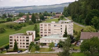 Sicht von aussen: Blick von der Kirchturmspitze auf den Gebäudekomplex des Altersheims Sonnenberg.