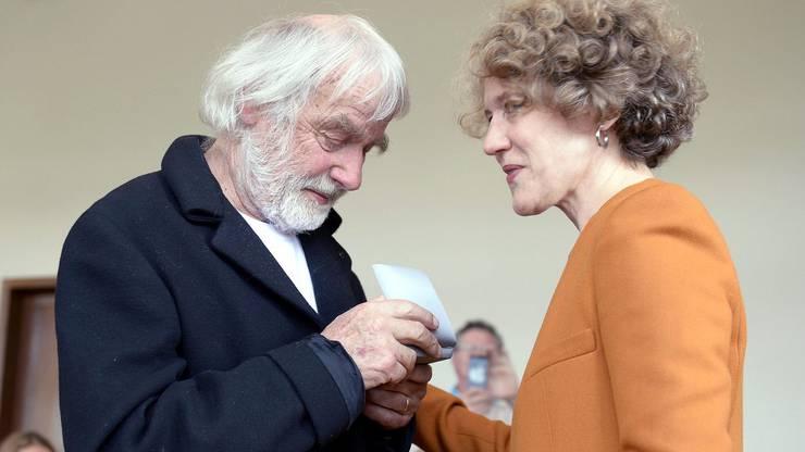 Pfarrer Ernst Sieber erhält 2013 aus den Händen der Zürcher Stadtpräsidentin Corine Mauch das Staatssiegel in Anerkennung für sein Lebenswerk