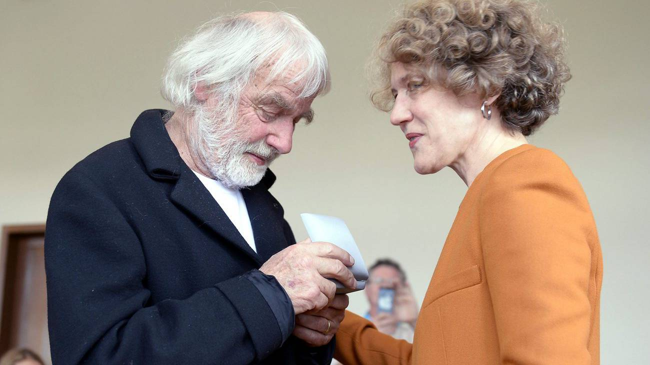 Pfarrer Ernst Sieber erhält 2013 aus den Händen der Zürcher Stadtpräsidentin Corine Mauch das Staatssiegel in Anerkennung für sein Lebenswerk (© Keystone)
