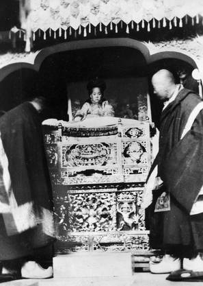 Mit zwei Jahren wurde er als Wiedergeburt des verstorbenen XIII. Dalai Lama Thubten Gyatsho entdeckt. Nach zweijährigen Verhandlungen mit dem Provinzgouveneur wurde er als XIV. Dalai Lama inthronisiert.