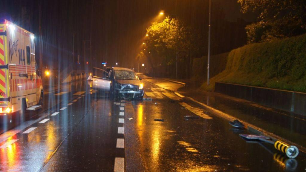 Auf der Chamerstrasse prallte ein Auto mit mindestens drei Betrunkenen an Bord in eine Fussgängerinsel.