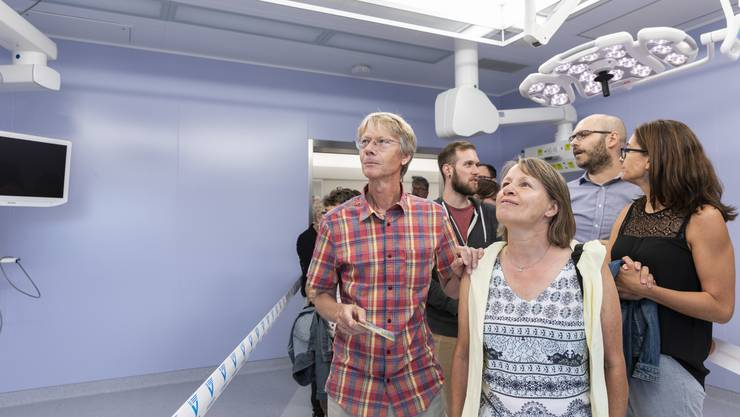 Besucher im Operationssaal im Spital Limmattal, fotografiert an der Eröffnung am 15. September 2018 in Schlieren. .
