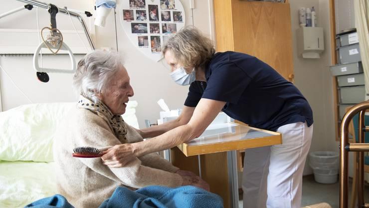 Die Coronakrise hat gezeigt, wie wichtig Pflegekräfte für die Gesundheit der Schweizer Bevölkerung sind.