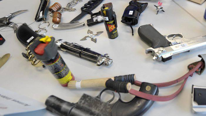 Am Flohmarktstand des Mannes wurden illegale Waffen gefunden (Symbolbild).JPG
