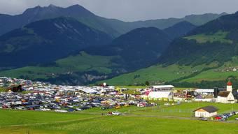 Keine Musik aus den Boxen, keine Bühnenscheinwerfer, kein warmes Essen, keine gekühlten Getränke: Am Open Air Lumnezia in Graubünden ging am Freitagnachmittag drei Stunden lang gar nichts. Ein Blitzschlag hatte einen Stromausfall verursacht.