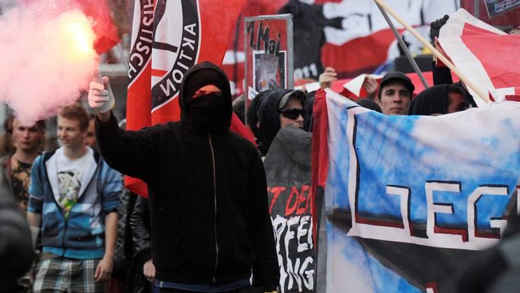 Von wegen Kuscheljustiz: Ein heute 32-jähriger Krawallant muss für sechs Monate hinter Gitter, weil er am 1.Mai 2012 Steine warf.