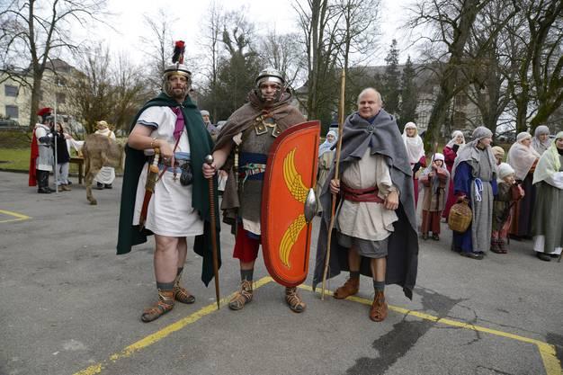 Diese drei Männer machen bei einem Römer-Verein mit und präsentieren sich 2015 auch an der Weihnachtsreise.
