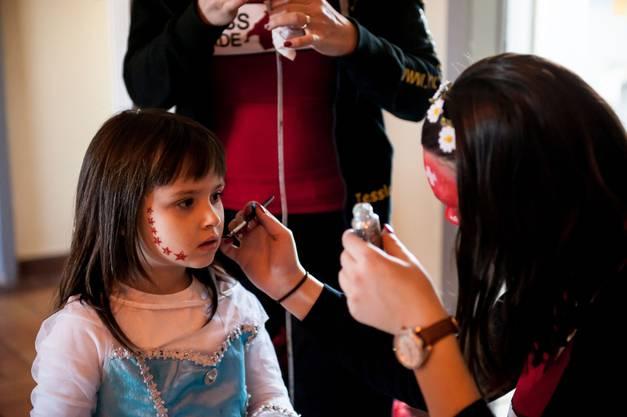 Beim Eingang zur Halle hatte man die Möglichkeit, sich schminken zu lassen.