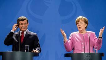 Angela Merkel und Ahmet Davutoglu bei der gemeinsamen Pressekonferenz in Berlin.