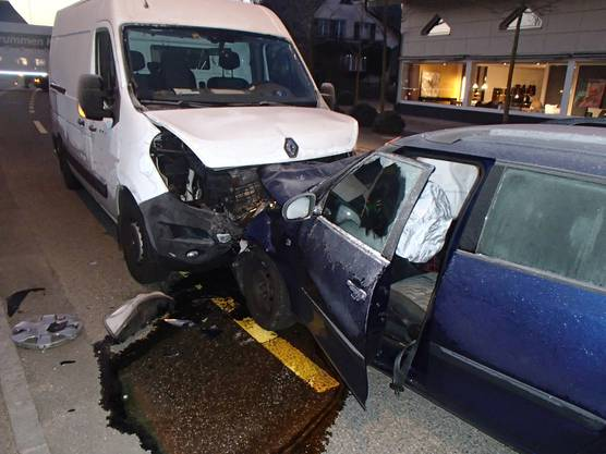 Weil ein 24-jähriger Skoda-Fahrer in Holziken auf der Hauptstrasse auf die Gegenfahrbahn geriet, kam es zu einer Frontalkollision mit einem Lieferwagen. Beide Lenker mussten leicht verletzt ins Spital gebracht werden. Die Staatsanwaltschaft ordnete eine Blut- und Urinentnahme an.