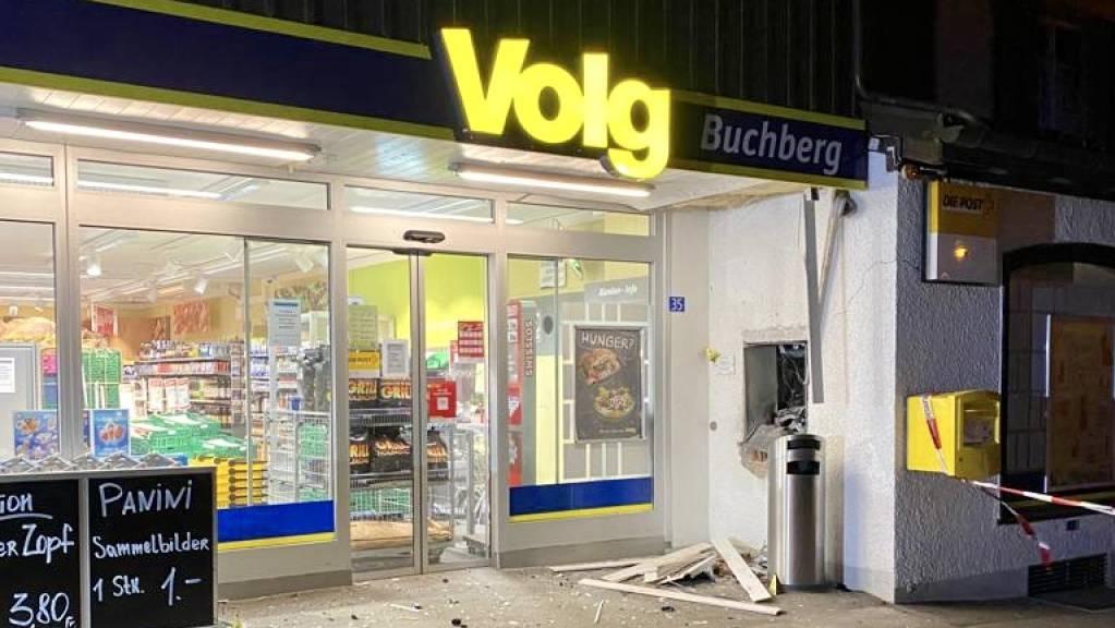 Massiver Sachschaden und Bargeld weg: Unbekannte sprengten in Buchberg einen Bankomaten bei einem Verkaufsgeschäft.