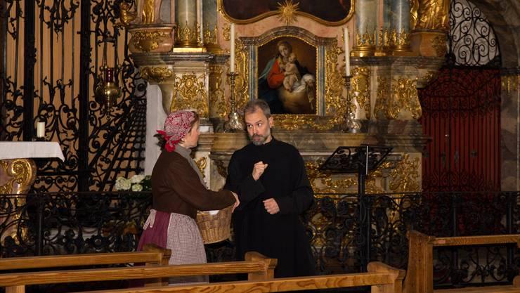 Josefine ist beeindruckt von all der Pracht in der Murianer Klosterkirche, die ihr Cousin, Pater Otmar, ihr zu zeigen hat.