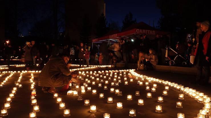 In über hundert Dörfern und Städten wurden Kerzen für armutsbetroffene Menschen in der Schweiz angezündet.
