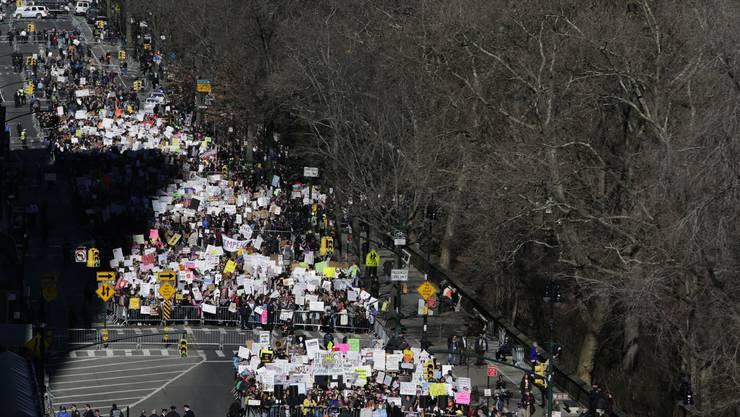 Erneut haben tausende Menschen in den USA gegen Präsident Donald Trump protestiert.