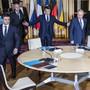 Frankreichs Präsident Emmanuel Macron (Mitte) bat Ukraines Präsident Wolodimir Selenski (links) und Russlands Präsident Wladimir Putin (rechts) zu Tisch. Viel heraus kam beim ersten bilateralen Gipfeltreffen nicht.