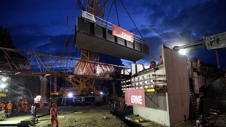 Millimeterarbeit: Die Elemente der neuen 17 Meter langen und 210 Tonnen schweren SBB-Brücke werden eingesetzt.