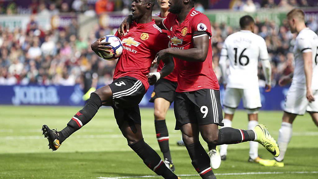 Eric Bailly und Romelu Lukaku bejubeln den Führungstreffer für Manchester United beim 4:0 gegen Swansea