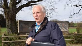 Rolf Furter, der letzte Divisionskommandant-Stellvertreter, informiert über die bevorstehende Sanierung des Soldatendenkmals im Villigerfeld.
