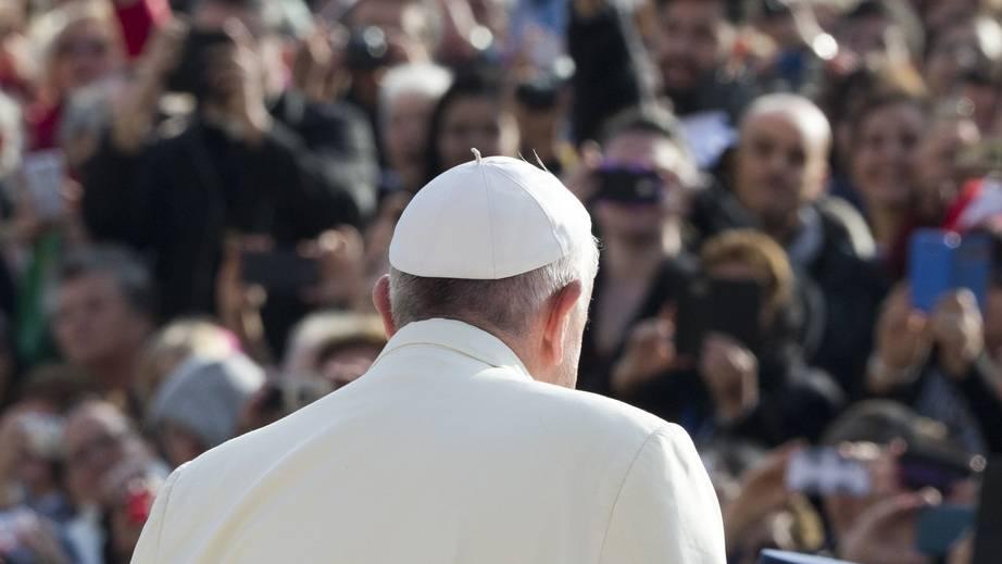 Dominik redet mit Joseph Hochstrasser über den Papstbesuch