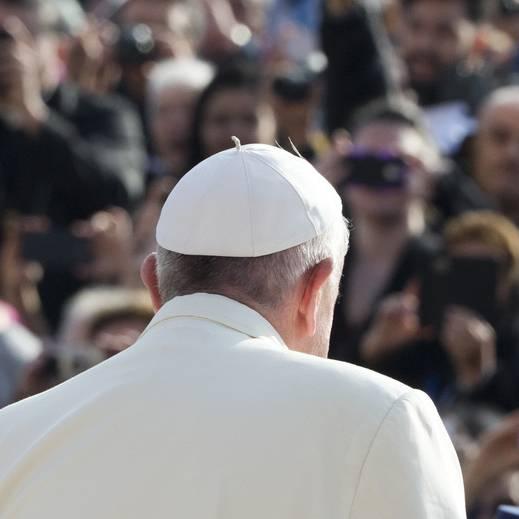 Dominik Widmer redet mit Joseph Hochstrasser über den Papstbesuch